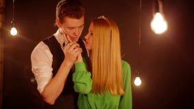 Glückliches und attraktives junges Paarküssen stock footage