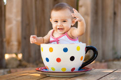 Glückliches und nettes Baby im riesigen Teacup stockbilder