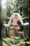 Glückliches und schönes Springen des jungen Mädchens lizenzfreies stockfoto