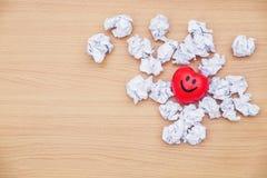 Glückliches und zerknittertes Papier Liebeskonzept Herzens Lizenzfreie Stockfotografie