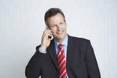 Glückliches Unternehmer-Communicating On Cell-Telefon lizenzfreies stockfoto