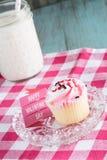 Glückliches Valentinsgruß-Tageszeichen und gefrorener kleiner Kuchen Lizenzfreie Stockbilder