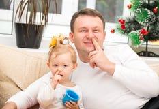 Glückliches Vater- und Kindermädchen, das seine Nase umarmt und auswählt lizenzfreies stockfoto