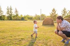 Glückliches Vater- und Sohnporträt, das Spaß zusammen haben spielt lizenzfreies stockfoto