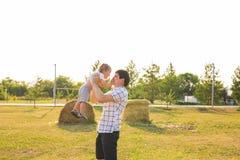 Glückliches Vater- und Sohnporträt, das Spaß zusammen haben spielt stockfotos
