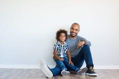 Glückliches Vater- und Sohnsitzen stockfotos