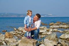 Glückliches Vaterlächeln und seine kleine Tochter Stockfoto