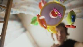 Glückliches Vaterspiel mit Baby im Krippenkindergesichtspunkt stock footage