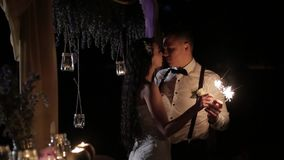 Glückliches verheiratetes Paar, das draußen Bengal-Lichter brennt Lächelnder Bräutigam und Braut schauen zu den Augen mit Liebe,  stock video