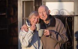 Glückliches verheiratetes Paar draußen lizenzfreie stockfotos