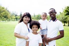 Glückliches verschiedenes und Mischrassefamilien-Gruppenfoto im Park stockfotografie