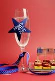 Glückliches viertes 4. USA von Juli-Champagner und von Nahrung - Vertikale. stockbild