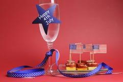 Glückliches viertes 4. USA von Julichampagner und -nahrung. lizenzfreie stockbilder