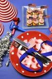 Glückliches viertes 4. USA der Juli-Parteitabelleneinstellung - Vertikale. lizenzfreie stockbilder