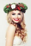 Glückliches vorbildliches Woman mit Weihnachtskranz Schöne Frau Stockfotos