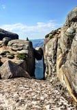 Glückliches Wanderermädchen in Norwegen lizenzfreies stockfoto