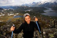 Glückliches Wanderermädchen in Norwegen Stockbilder