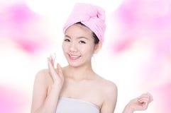 Glückliches waschendes Gesicht der Frau mit Schaumgummi auf Händen lizenzfreies stockfoto