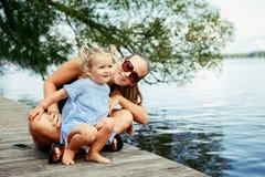 Glückliches weißes kaukasisches Mutter- und Tochterkind, das Spaß draußen hat Stockbilder