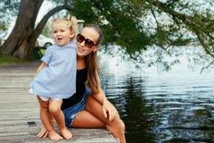 Glückliches weißes kaukasisches Mutter- und Tochterkind, das Spaß draußen hat Lizenzfreies Stockbild