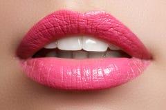 Glückliches weibliches Lächeln der Nahaufnahme mit den gesunden weißen Zähnen, helle rote Lippen richtet her Cosmetology, Zahnhei Stockfotografie