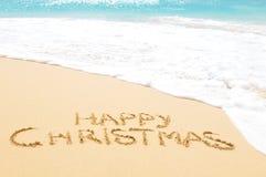 Glückliches Weihnachten auf dem Strand stockbild