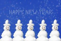 Glückliches Weihnachten und Neujahrsbotschaft, fünf lächelnde Schneemänner wieder Stockbilder