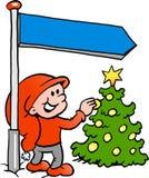 Glückliches Weihnachtselfe, die einen Weihnachtsbaum betrachtet Stockfoto