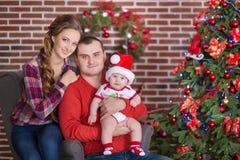 Glückliches Weihnachtsfamilienporträt Das Lächeln erzieht mit der Babytochter zu Hause, die neues Jahr feiert Vektorversion in me lizenzfreie stockfotografie