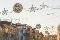 Glückliches Weihnachtsfeiertagszeichen, Lichter und Dekorationen, Belem, Lissabon, Portugal stockfotografie
