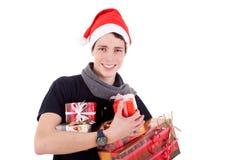 Glückliches Weihnachtsjunger Mann mit Geschenke stockfotografie