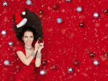 Glückliches Weihnachtsmädchen, das einen Mistelzweig hält Stockfoto