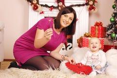 Glückliches Weihnachtsmutter und -baby Lizenzfreie Stockfotografie