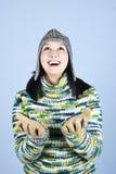 Glückliches Wintermädchen, das oben schaut Lizenzfreie Stockfotografie