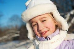 Glückliches Winterportrait des jungen Mädchens Lizenzfreie Stockbilder