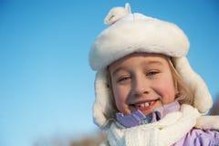 Glückliches Winterportrait des jungen Mädchens Stockfotografie