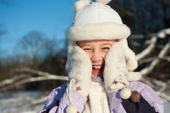 Glückliches Winterportrait des jungen Mädchens Lizenzfreie Stockfotografie