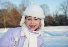 Glückliches Winterportrait des jungen Mädchens Stockbild
