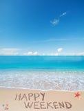 Glückliches Wochenende auf einem tropischen Strand unter Wolken Stockfotografie