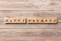 Glückliches Wochenendenwort geschrieben auf hölzernen Block glücklicher Wochenendentext auf Tabelle, Konzept Lizenzfreies Stockbild