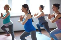 Glückliches Yoga Stockfotografie