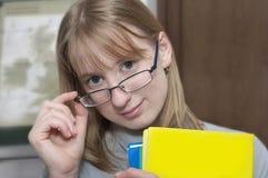 Glückliches younq blondes Studentenmädchen Lizenzfreie Stockbilder