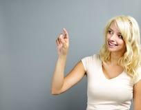 Glückliches Zeigen der jungen Frau Lizenzfreie Stockfotos
