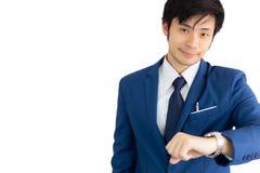 Glückliches Zeitkonzept Attraktiver hübscher junger Geschäftsmann ist Telefon stockfotografie