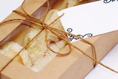 Glückplätzchen verpackt in einem Kasten stockbild