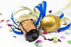 Glücksbringertalisman mit Konfettis, Korken, Sektflasche Glückliches neues Jahr Hintergrund des neuen Jahres stockfotografie