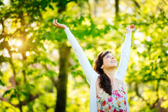 Glückselige Frau, die Freiheit auf Frühling genießt Lizenzfreie Stockfotos