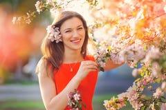 Glückselige Frau, die Freiheit und das Leben im Park auf Frühling genießt Stockfotografie