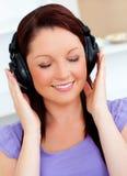 Glückselige Frau, die Musik hört Stockfoto