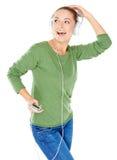 Glückselige Frau, die Musik tanzt und hört Stockbilder